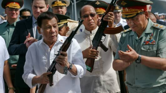 Philippine President Rodrigo Duterte and Russian Defence Minister Sergei Shoigu attend a ceremony in the port of Manila on Oct. 25, 2017.