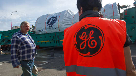 The convoy carrying a turbine produced by General Electric.