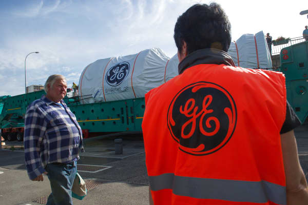 People look at the convoy carrying the most powerful turbine produced by General Electric.