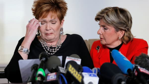 Beverly Nelson (L) reacts as she reads a statement to reporters with attorney Gloria Allred during a news conference announcing new allegations of sexual misconduct against Alabama Republican congressional candidate Roy Moore, in New York, November 13, 2017.