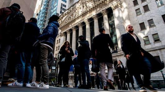 US markets: futures sharply drop as rising rates put investors on edge