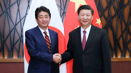 Chinese President Xi Jinping (R) meets with Japanese Prime Minister Shinzo Abe in Da Nang, Vietnam, Nov. 11, 2017.
