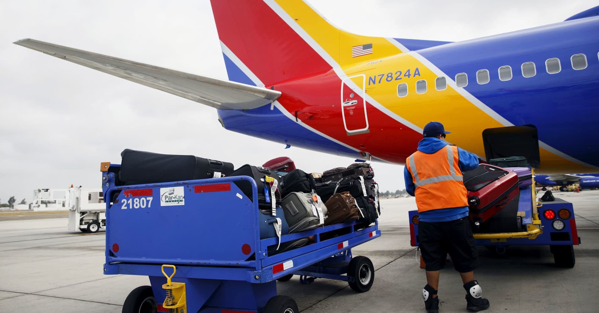 Southwest shares tumble after airline warns of persistently low fares buycottarizona Choice Image