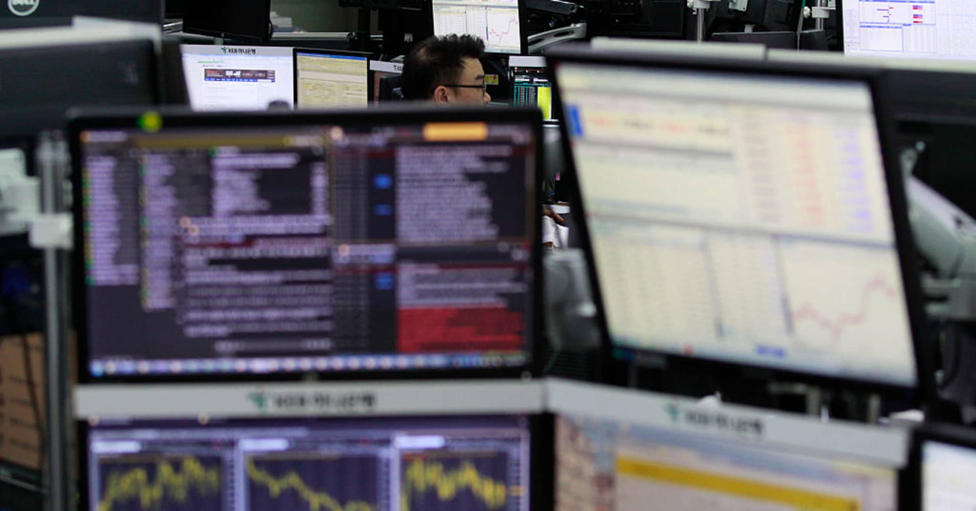Asia trades mixed amid growing concerns over global growth