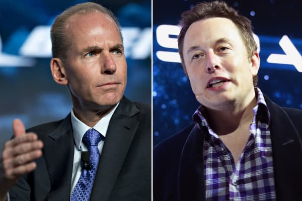 Dennis Muilenburg, CEO of Boeing (l) and Elon Musk, CEO of SpaceX.