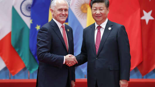 Chinese President Xi Jinping (right) shakes hands with Australian Prime Minister Malcolm Turnbull at the G20 Summit in Hangzhou, China, on September 4, 2016.