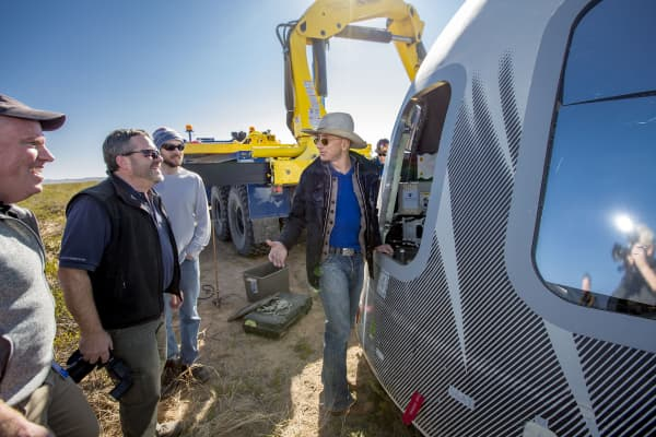 Bezos checks out Crew Capsule 2.0 after touchdown in West Texas