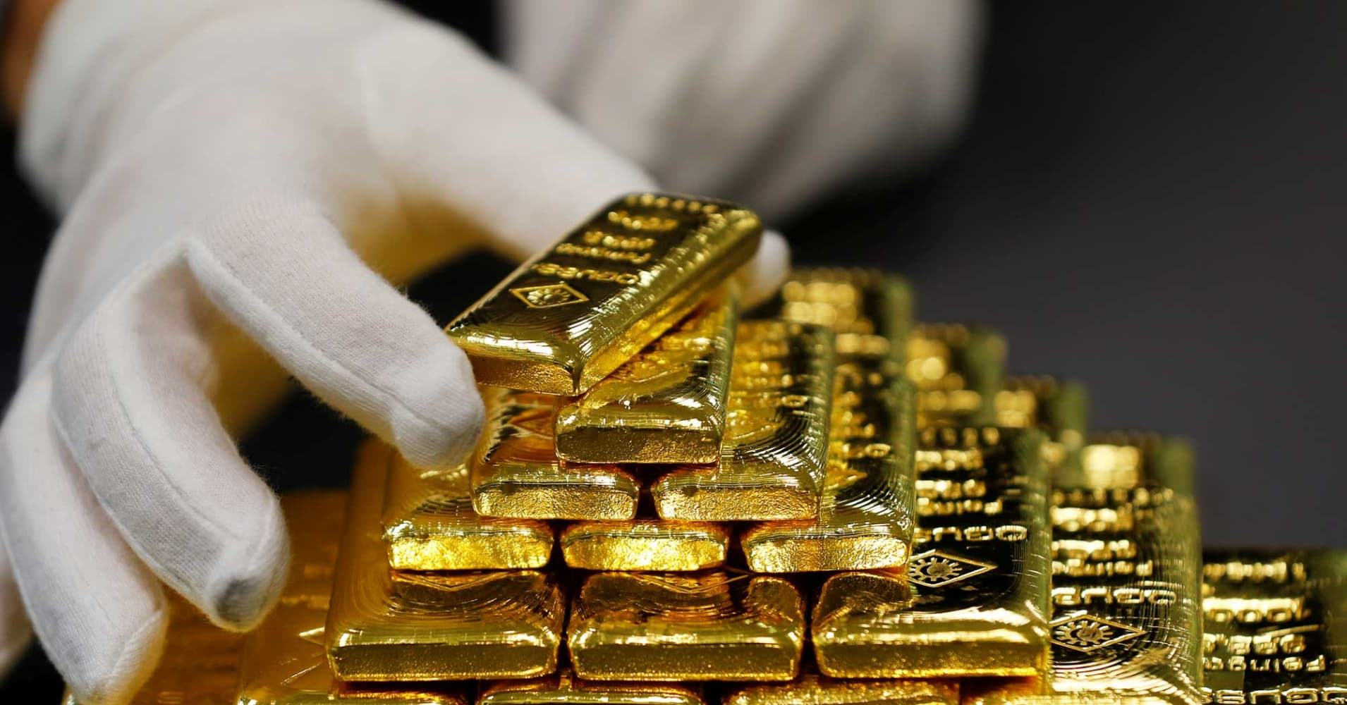 Gold gains on weaker dollar; US election in focus