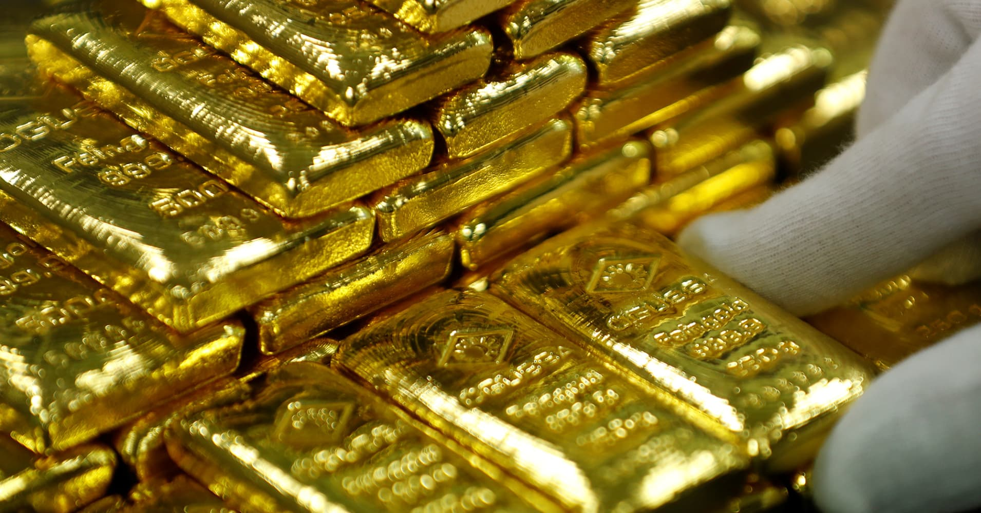 Gold prices edge up as easing trade concerns hurt dollar