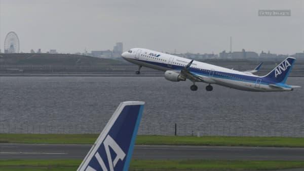 Chrissy Teigen live tweets Tokyo-bound flight turnaround