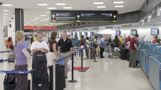 Global travelers briefly face delays entering US