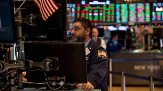 Traders work the floor at the closing bell of the Dow Jones Industrial Average at the New York Stock Exchange on December 20, 2017 in New York.