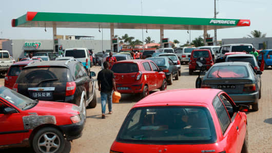 Residents line up at a gas station on December 21, 2017 in Luanda, Angola. Angola has suffered a week of fuel shortages, a bitter irony for one of Africa's leading oil producers.
