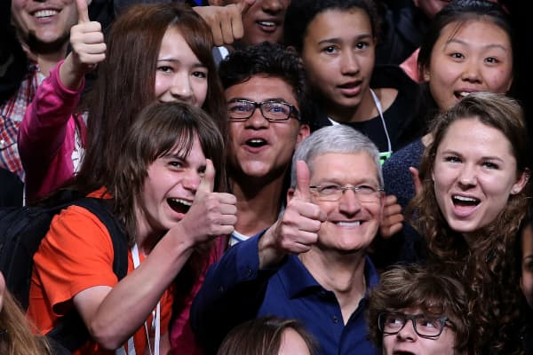 Apple CEO Tim Cook (C) poses for a photo with high school kids.
