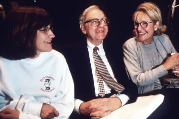 Warren Buffett, CEO of Berkshire Hathaway, with wife Susan and daughter Susan at the Berkshire Hathaway shareholders meeting in 1997.
