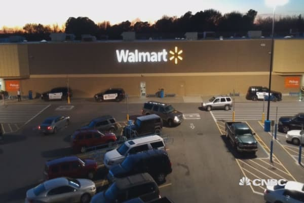 Walmart to boost starting wage, give employees bonus after