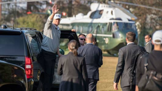 US President Donald Trump waves after plaуing a round of golf with Japanese Prime Minister Shinzo Abe on November 5, 2017.