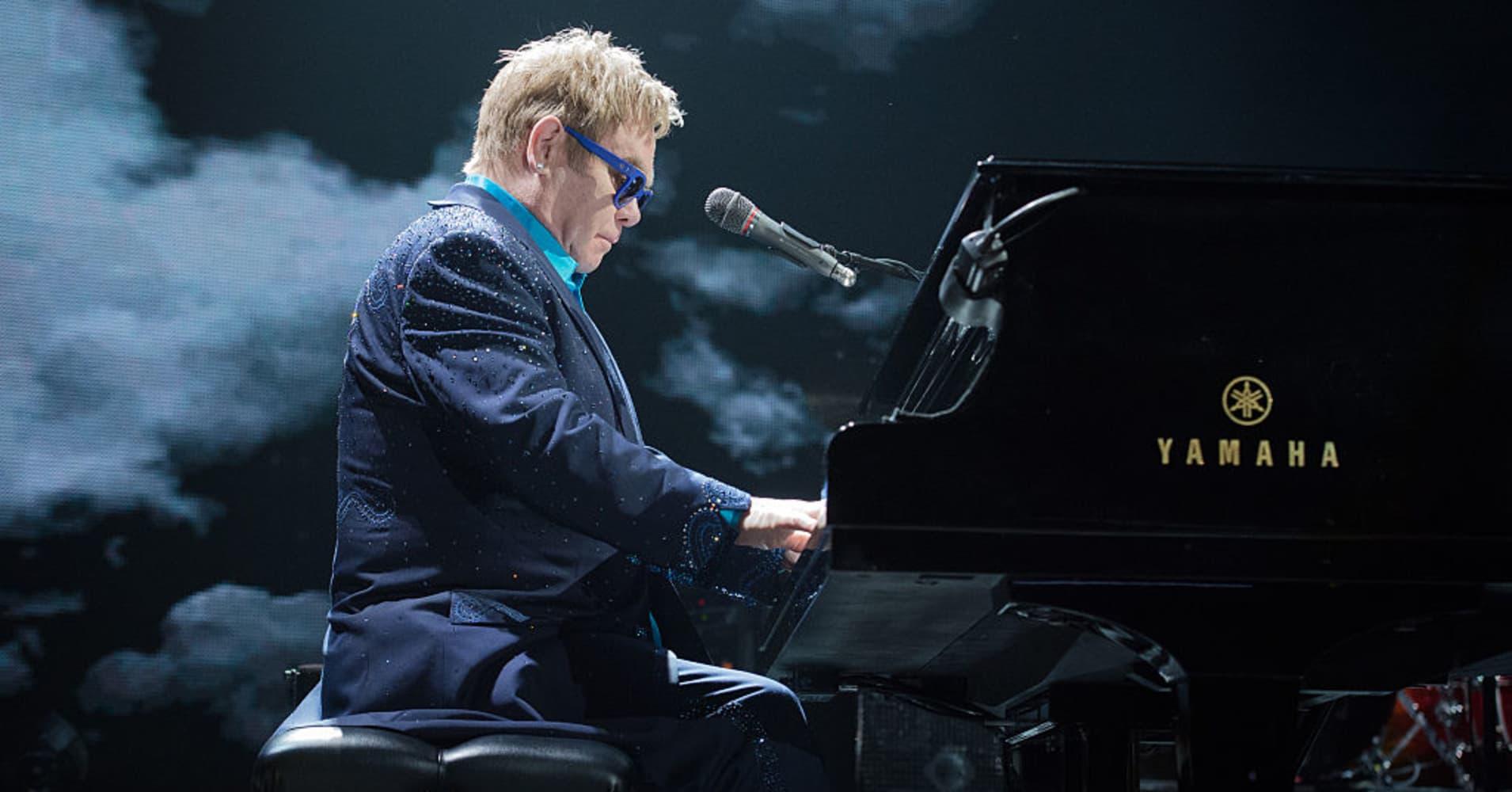 Elton John performs at Palais Omnisports de Bercy on November 19, 2014 in Paris, France