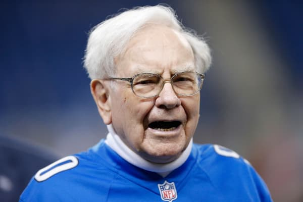 Warren Buffett attends the football game between the Minnesota Vikings and the Detroit Lions at Ford Field on December 14, 2014 in Detroit, Michigan. The Lions defeated the Vikings 16-14.