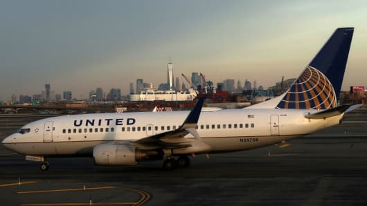 A United Airlines airplane passes the skyline of lower Manhattan and One World Trade Center as it heads to a runway at Newark Liberty Airport on January 20, 2018 in Newark, New Jersey.