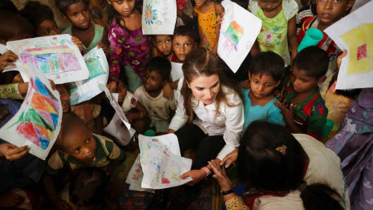 Queen Rania of Jordan meets Rohingya muslim refugees during her visit to the Kutupalong camp on October 23, 2017 in Ukhia, Bangladesh