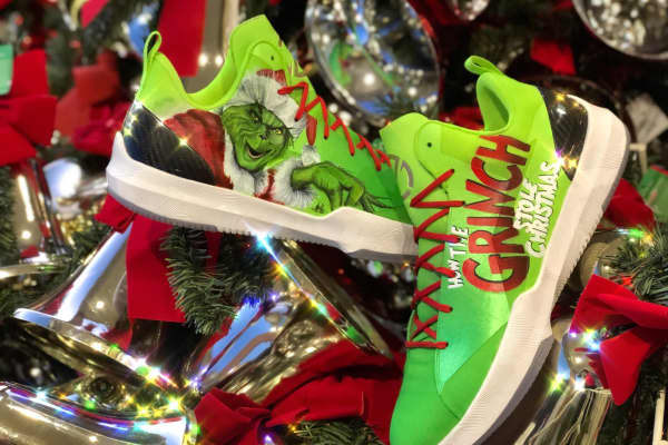 On Christmas Day 2017, Los Angeles Lakers rookie Lonzo Ball sported custom Grinch-inspired ZO2s painted by Mache Customs Kicks.