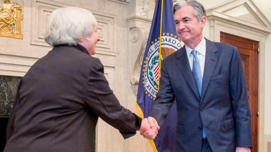 U.S. Federal Reserve Chair Janet Yellen (L) congratulates Fed Governor Jerome Powell. (File photo).