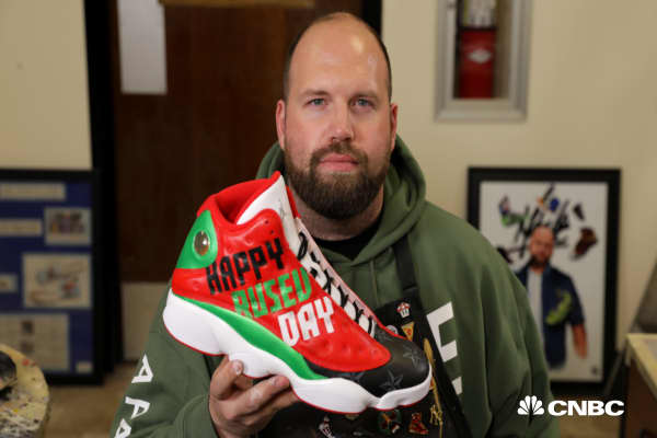 This 38-year-old went from his mom's basement to making six figures as the NFL's go-to sneaker artist