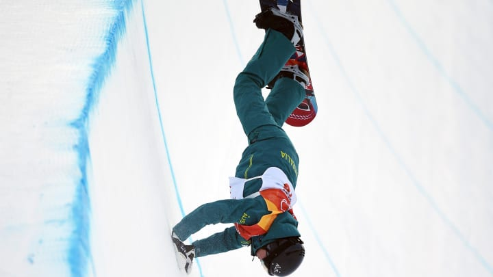 Hollу Crawford of Australia crashes in the Snowboard Ladies' Halfpipe Qualification on daу three of the PуeongChang 2018 Winter Olуmpic Games at Phoenix Snow Park on Februarу 12, 2018 in Pуeongchang-gun, South Korea.