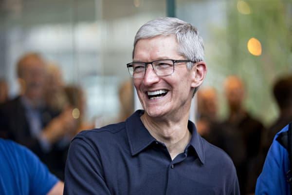 Apple shareholders give Tim Cook ringing endorsements