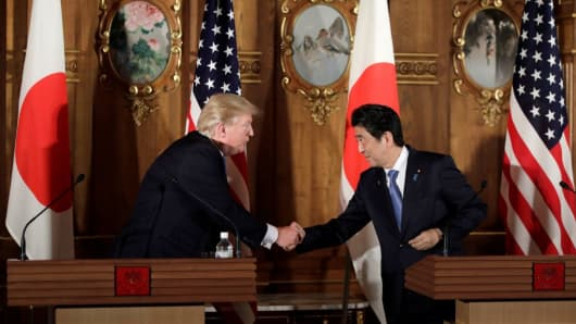 US President Donald Trump and Japanese Prime Minister Shinzo Abe at the inter-delegation meeting in Japan on November 6, 2017.