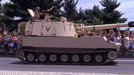 US. Army M109 Paladin 155mm Self-Propelled gun drives over the East end of the memorial bridge that leads into Arlington Memorial Cemetery, during the Desert Storm Victory Parade.