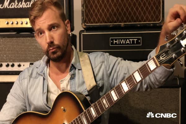 This 36-year-old makes over $150,000 'playing with guitars' for just 5 hours a day