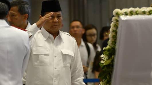Prabowo Subianto of Indonesia's Gerindra party pays his respects to Singapore's late former prime minister Lee Kuan Yew on March 28, 2015