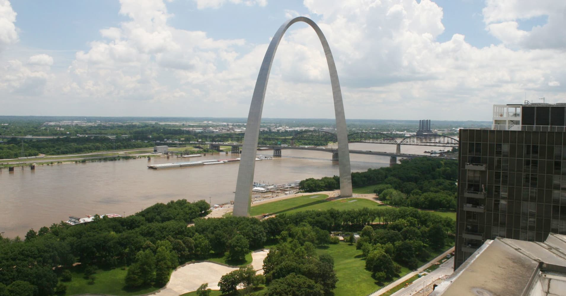 Daytime view of the iconic St. Louis Gateway Arch.