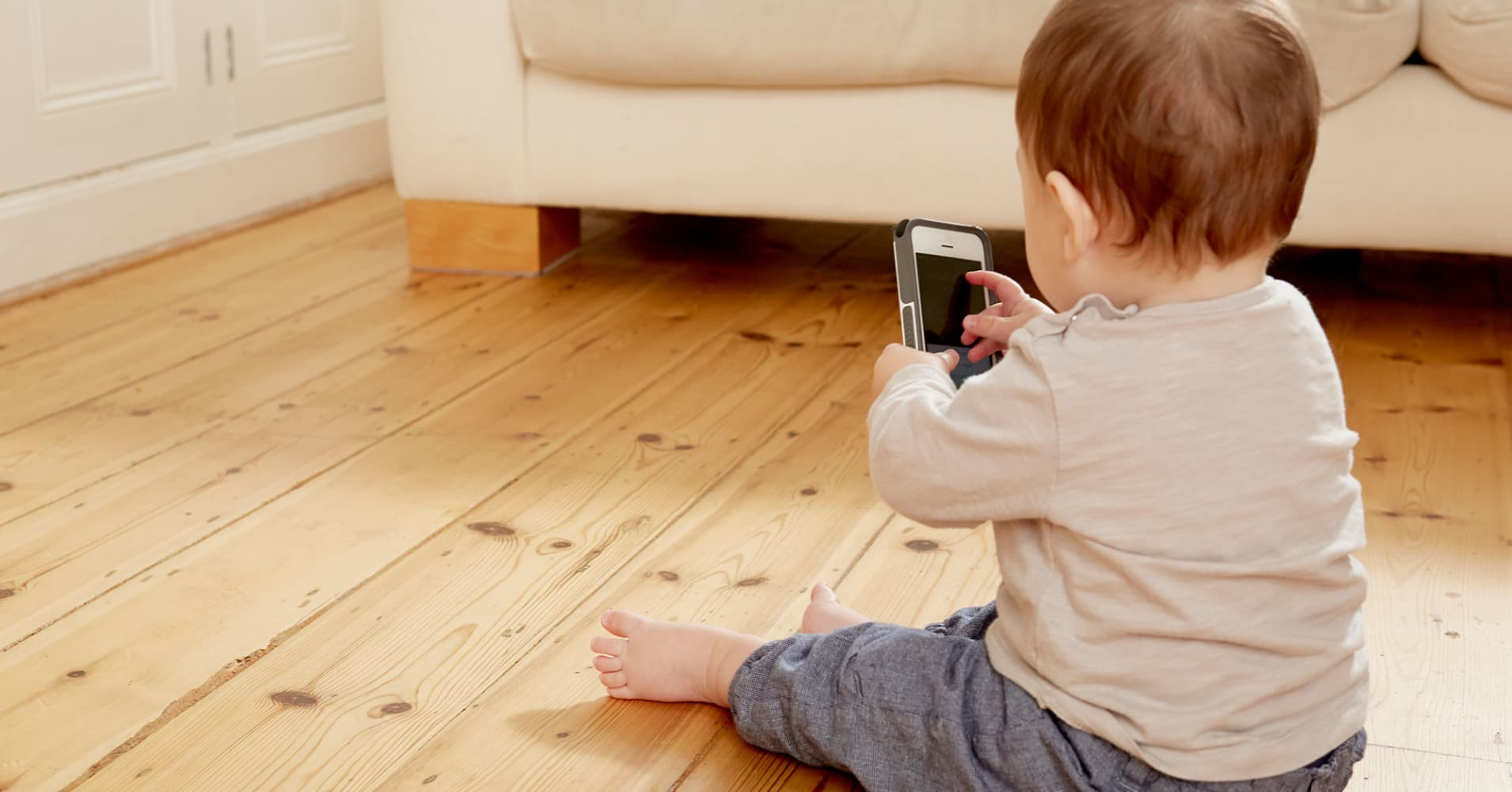 Chinese toddler disables mom's iPhone for 47 years