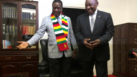 South African President Cyril Ramaphosa (R) meets his Zimbabwean counterpart Emerson Mnangagwa (L) during a visit to Harare, Zimbabwe, on March 17, 2018.