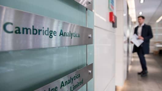 Hasil gambar untuk Cambridge Analytica London search warrant delayed by court
