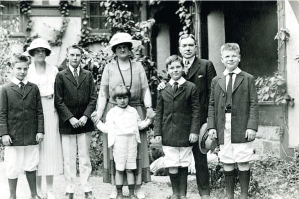 Retrato familiar de Rockefeller, verano de 1920, Seal Harbor, Maine / De izquierda a derecha: Laurance, Babs, John D III, Abby Aldrich Rockefeller con David Senior, Winthrop, John D. Rockefeller Junior y Nelson.