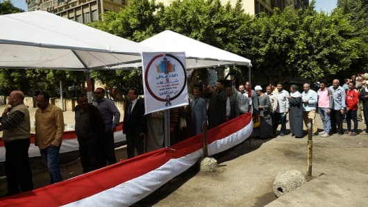 Egyptians queue up at a polling station in downtown Cairo on March 27, 2018, on the second day of voting in the 2018 presidential elections. Authorities have been urging Egyptians to participate in the three-day vote, hoping for a high turnout despite what is seen as a foregone conclusion.
