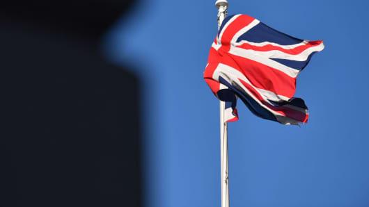路透社:英国国防部长在投票反对英