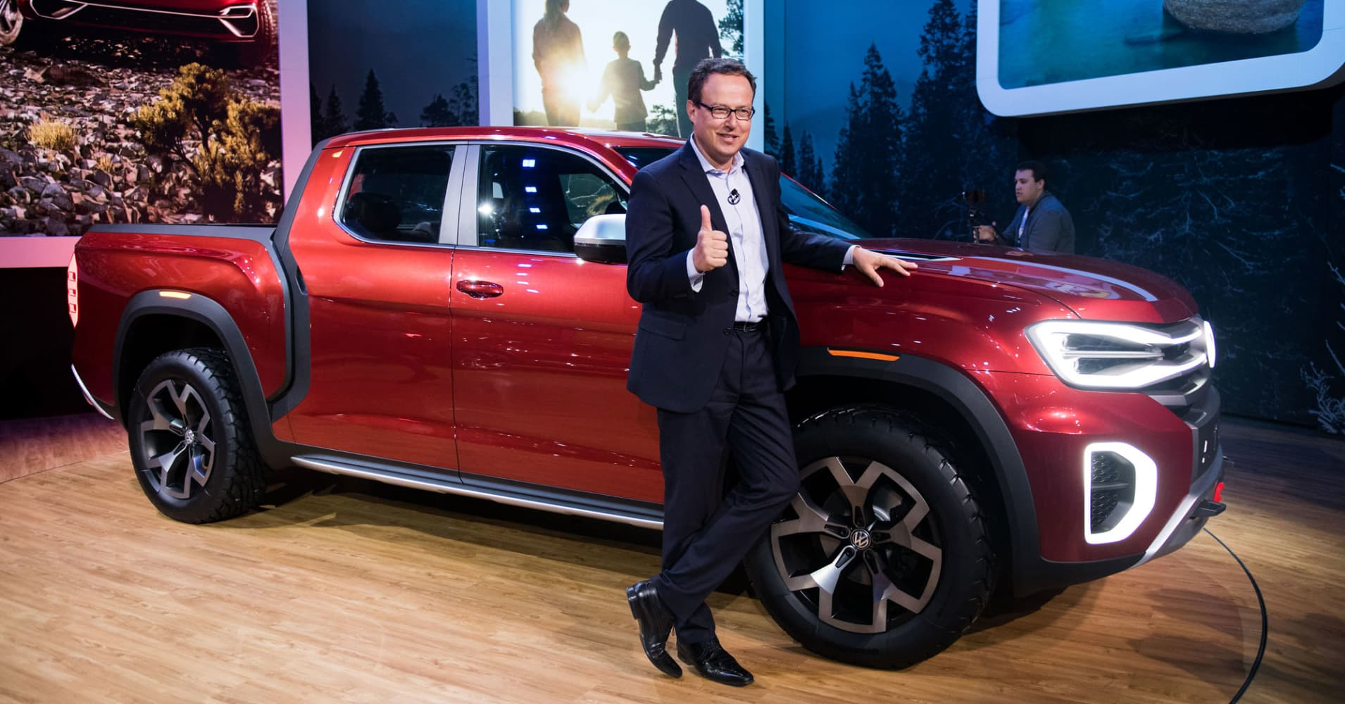 volkswagen pickup truck vw stuns  york auto show  atlas tanoak concept vehicle