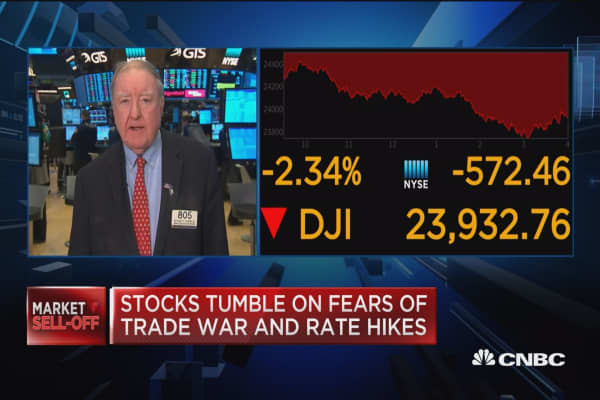 Stocks tumble on fears of trade war, rate hikes