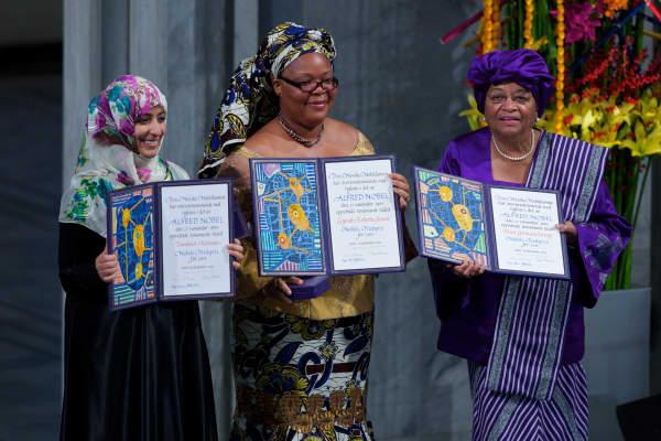 Ganadores conjuntos El periodista yemení Tawakul Karman, la activista liberiana Leymah Gbowee y la presidenta liberiana Ellen Johnson Sirleaf esperan sus premios en la Ceremonia de entrega del Premio Nobel de la Paz en el Ayuntamiento de Oslo el 10 de diciembre de 2011