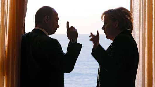 Russian President Vladimir Putin (L) and Germany's Federal Chancellor Angela Merkel (R)