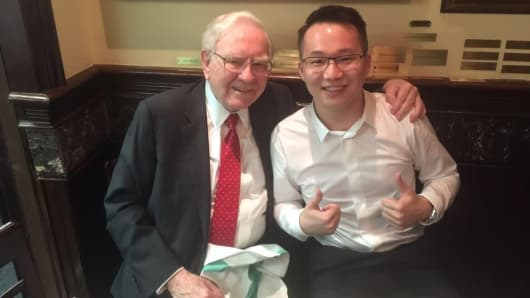 Warren Buffett and Sam Ling at a lunch that the Chinese entrepreneur won at a charity auction.