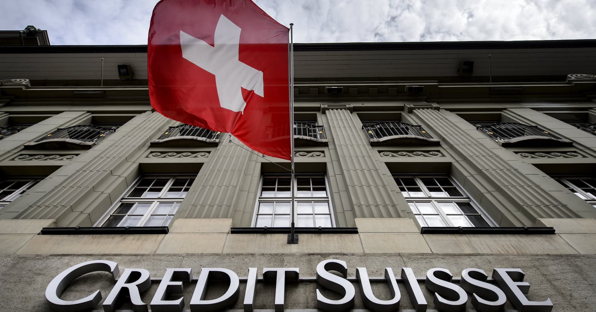 Swiss competition watchdog investigates UBS, Credit Suisse for mobile pay agreements