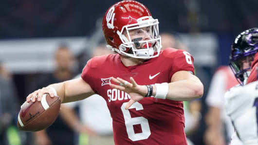 Oklahoma Sooners quarterback Baker Mayfield (#6) throws a pass during the Big 12 Championship game between the Oklahoma Sooners and the TCU Horned Frogs on December 2, 2017 at AT&T Stadiu in Arlington, Texas.