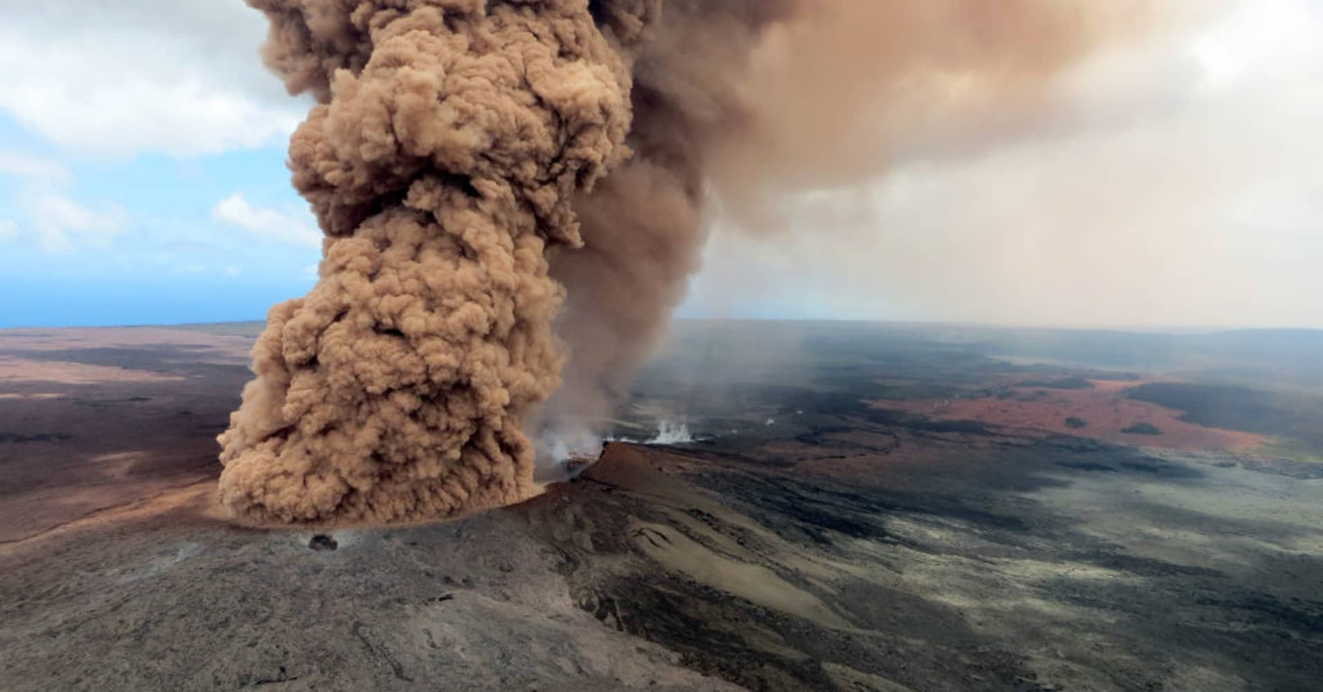 A column of robust, reddish-brown ash plume occurred after a magnitude 6.9 South Flank following the eruption of Hawaii's Kilauea volcano on May 4, 2018 in the Leilani Estates subdivision near Pahoa, Hawaii.