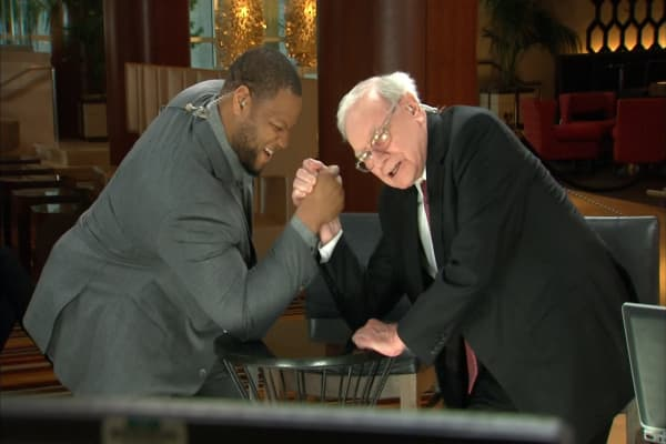 NFL player Ndamukong Suh shares the best lesson he's learned from having Warren Buffett as his mentor